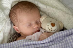 Mit einem Teddy schläft es sich viel besser als mit Babyphone